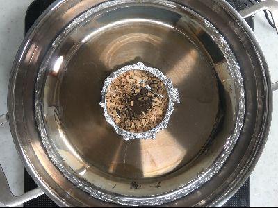 アルミホイルの受け皿にサクラのスモークチップとピートパウダーをセット