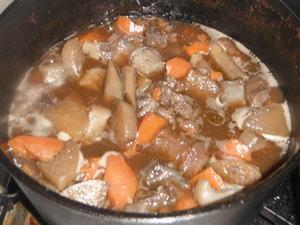 ダッチオーブンで牛すじ煮込み