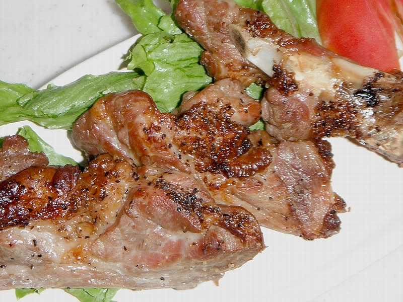 ダッチオーブンで作る豚スペアリブ、ローストポーク