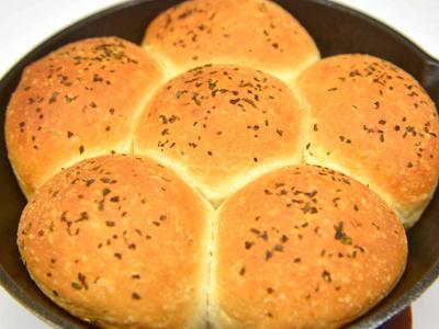 スキレットでチーズハーブパン