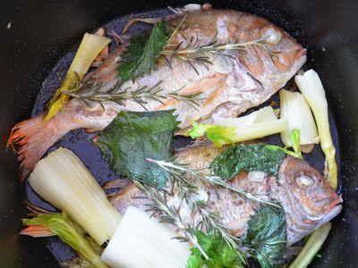ダッチオーブンで鯛の香味蒸し焼き