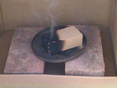 燻製中の段ボール燻製器の内部