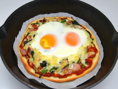 卵のせほうれん草とベーコンのピザ