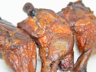 鶏の骨付きモモ肉の燻製