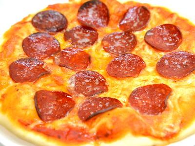 クリスピー生地でサラミピザ