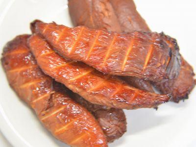 鶏ささみ肉の味噌漬けを熱燻製しました。