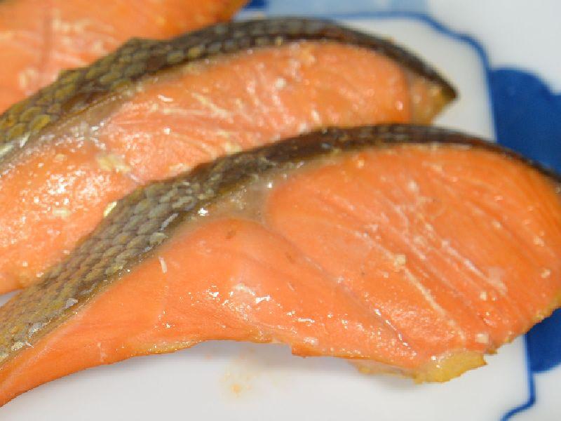 塩鮭をツヴィリングのスモーカーで熱燻製したもの