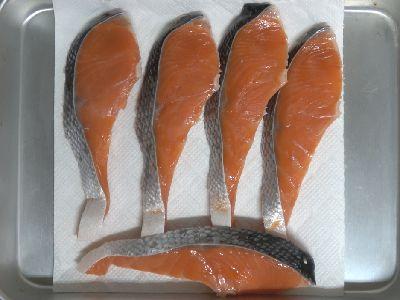 今回の燻製の材料。生の塩鮭です。