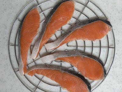 燻製用の網(ラック)に並べて鮭の切り身の水分を飛ばします。