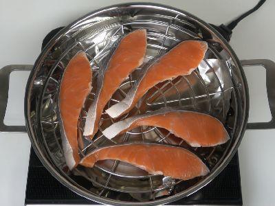 ツヴィリングスモーカーに塩鮭の切り身をセット
