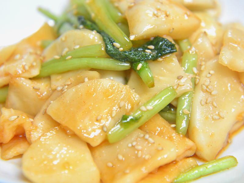 ゴマ油の香ばしい風味とニンニクが効いた、カブの中華漬け
