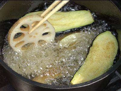 脂で野菜を揚げています。