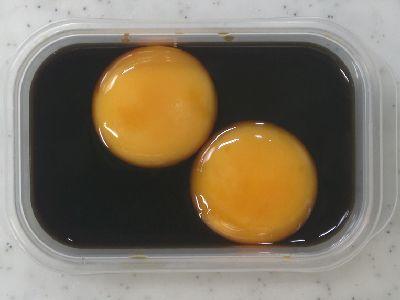 卵黄を燻製醤油に漬けます。