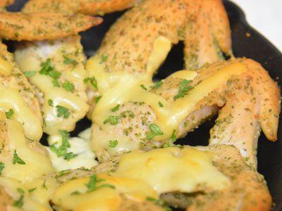 手羽先の燻製チーズ乗せ。