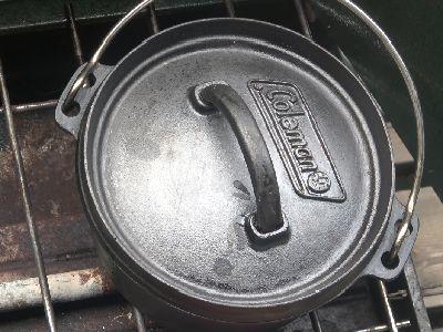 ダッチオーブンで炊飯中