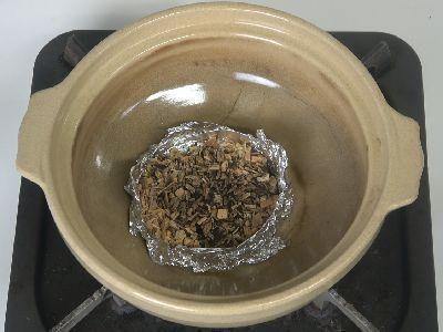 土鍋にスモークチップをセット