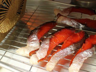扇風機で塩鮭を脱水中