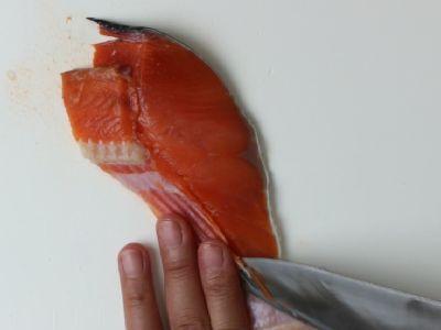 塩鮭の骨を取ります