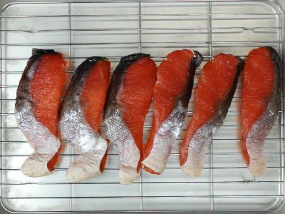 冷蔵庫で塩鮭を脱水中